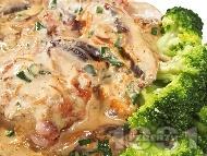 Задушени гъби печурки с масло, пресни лук и чесън, магданоз, копър и течна готварска сметана на тиган